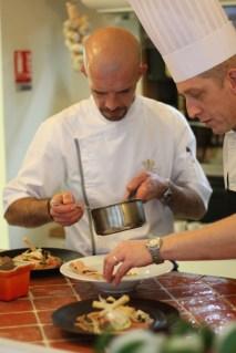 Une cuisine ouverte sur la salle pour voir le chef et son équipe dresser les plats...
