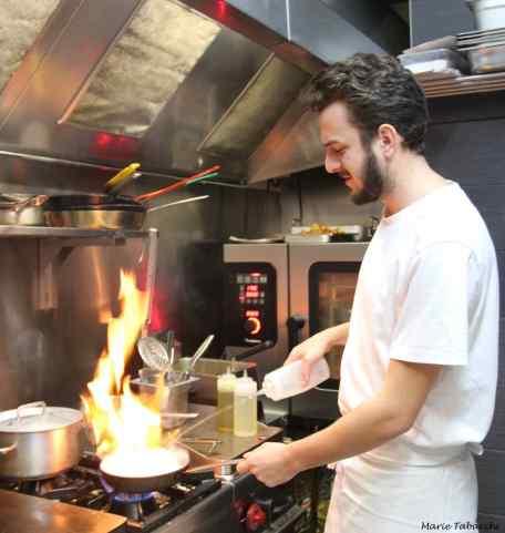 Cécilien Marongui en cuisine chez Cécibon à Bandol