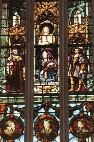 На этом витраже Магдалина изображена в виде Учителя, стоящего над королями, аристократами, философами и учёными...