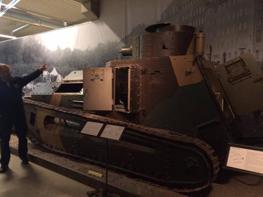 """""""Bu gördüğünüz şey, İsveç'in ilk tankı ancak biz yapmadık, Almanya'dan satın aldık. Sadece makineli tüfekler ile donatılmıştı ve amacına uygun olarak (piyade desteği) savaş alanındaki hızı piyadenin yürüme hızından pek farklı değildi."""""""