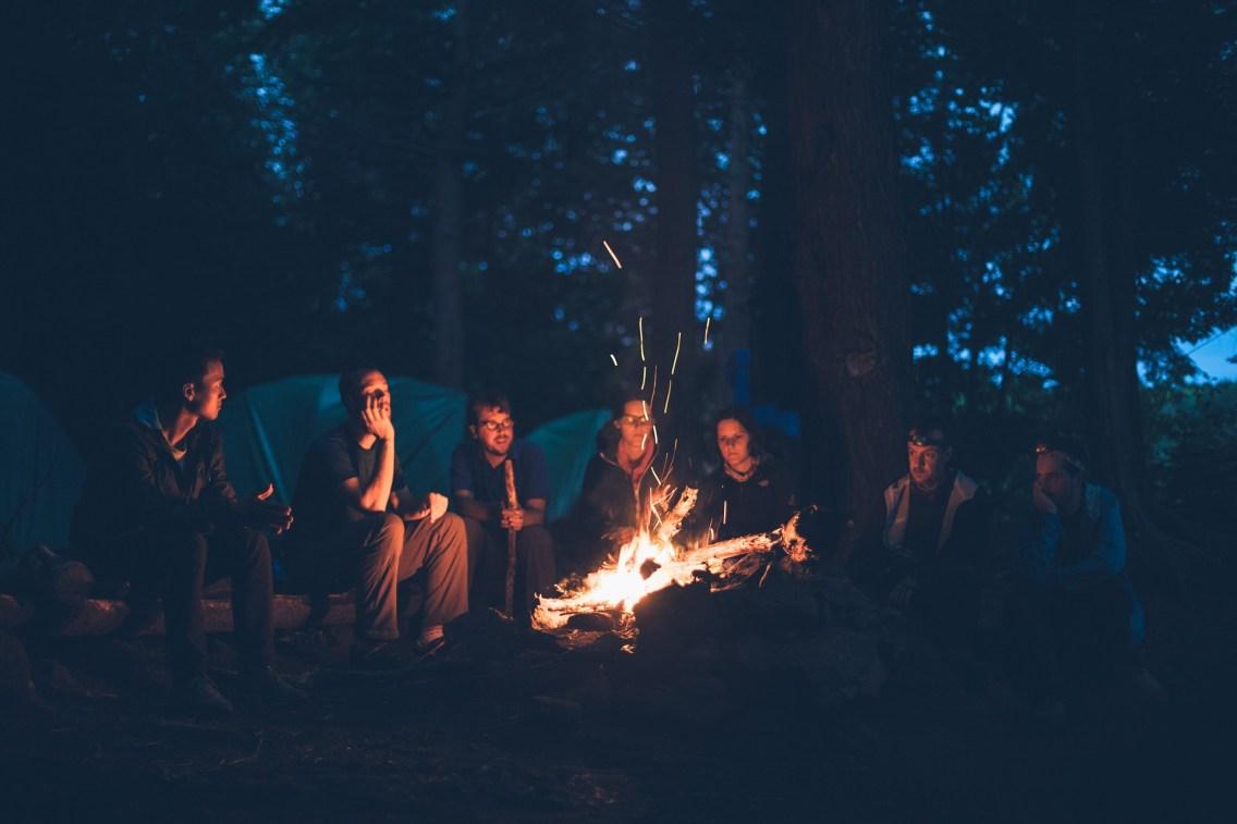 Soirée autour d'un feu de camp