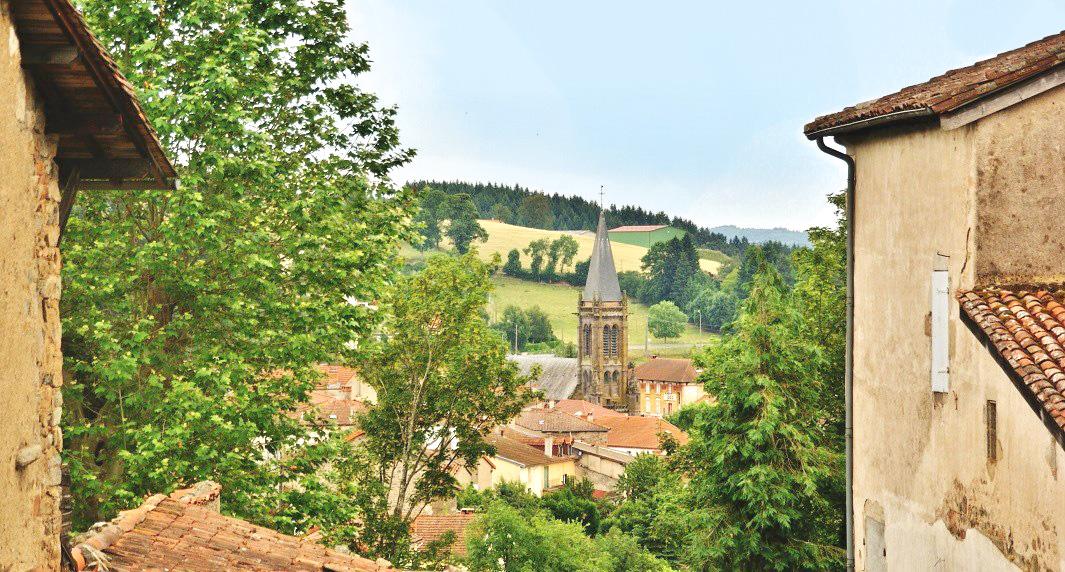 Saint-Just-en-Chevalet, le village, son église et tous ses commerces accessibles à pied