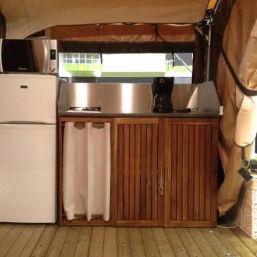Les bungalows toilés sont équipés d'une kitchenette pour votre confort