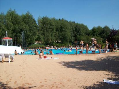 Profitez en famille d'un snack et d'une après-midi au soleil au bord de la piscine