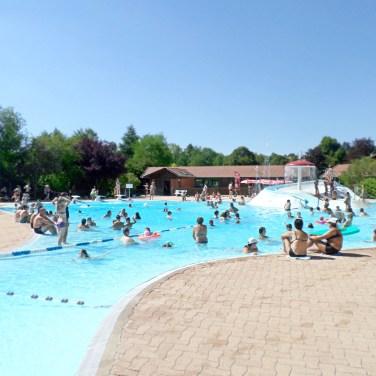 La piscine municipale et le snack en face du camping