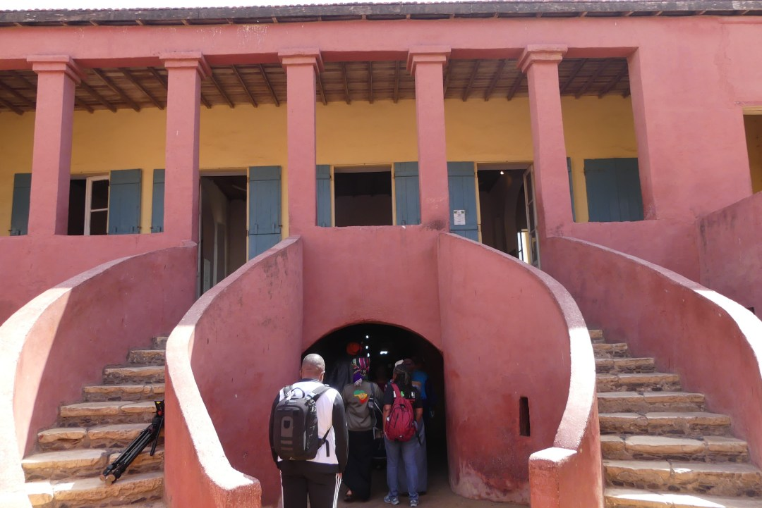 Dans la cour de la maison des esclaves, sur l'île de Gorée