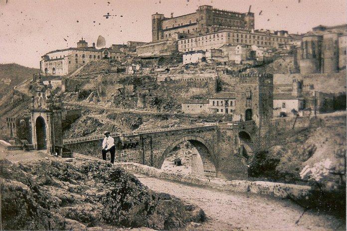 Puente de Alcántara y Restos del Artificio de Juanelo hacia 1864. Fotografía de Alfonso Begue en Toledo Olvidado.