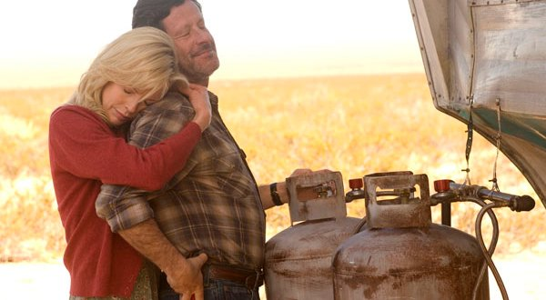 Kim Basinger et Joaquim de Almeida, deux amants disparaissent tragiquement dans l'incendie d'une caravane