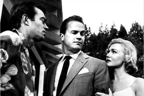 Mike Hammer ( Ralph Meeker ) en fâcheuse position entre la blonde fatale et son garde du corps...