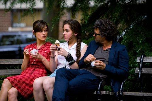 Gretta explique à la fille du producteur comment draguer...