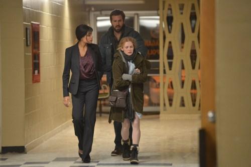 Depuis 8 ans , la policière ( Rosario Dawson ) accompagne la famille ( Mireille Enos-R.Reynolds)
