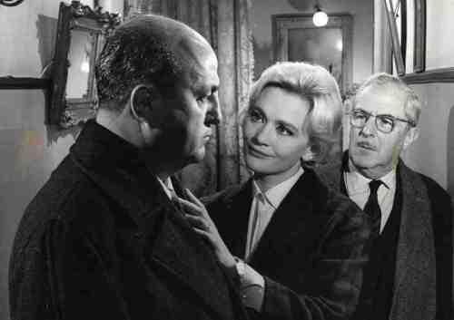 Le pharmacien ( Bernard Blier ) et son épouse ( Danièle Delorme) si bien veillante