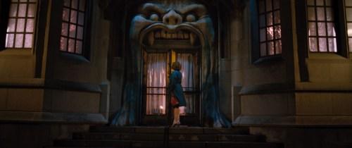 La maman se rend dans la boîte de nuit où elle accepte un boulot étonnant