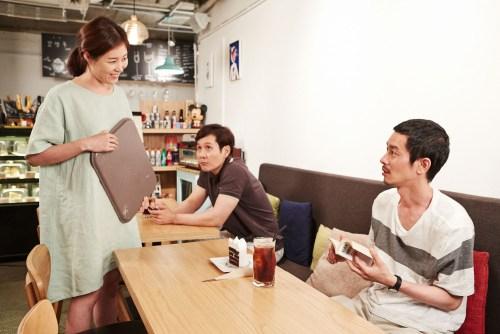 Mori attend son amie dans leur café habituel. La patronne s'intéresse à Mori...