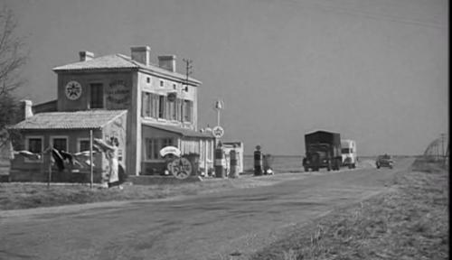 Comme un hotel perdu dans la campagne américaine, le relais routier entre Paris et Bordeaux...