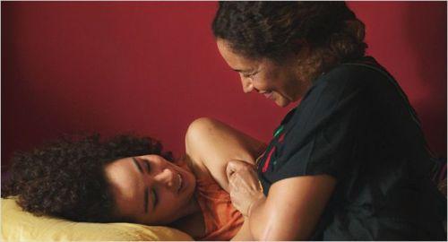 Une mère et sa fille très proches l'une de l'autre et pourtant tout maintenant les sépare...