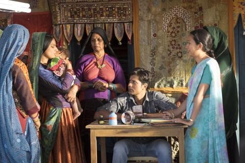 Une petite entreprise artisanale permet aux femmes d'acquérir une vie sociale qui n'est pas vraiment encore courante dans le village
