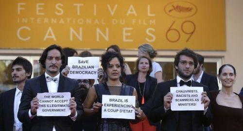A Cannes, l'équipe du film proteste contre la destitution de Dilma Rousseff.