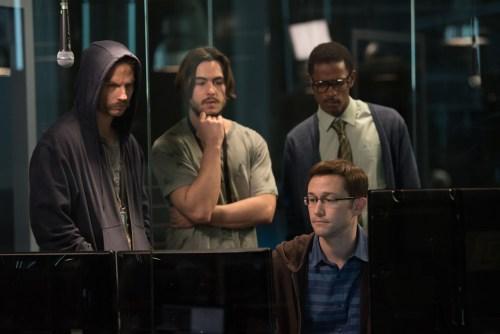 Le petit génie explique à ses collègues, tout aussi doués, la manière de procéder sur son nouveau logiciel...
