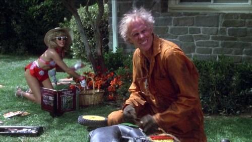 Les voisins se plaignent de leurs voisins, mais pas quand Bonnie fait le jardin avec son époux de militaire à la retraite...
