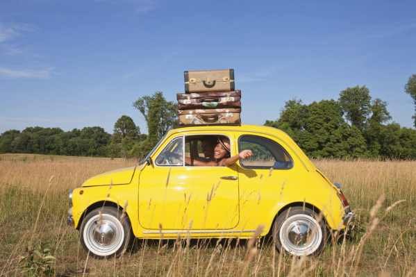 Les valises sur le toit de la voiture