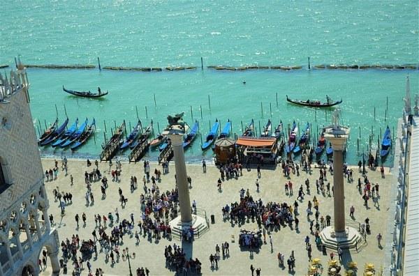 Photo de Venise: Seul moyen de transport, les gondoles et les bateaux flottent en masse pour transporter les touristes en quête de romantisme
