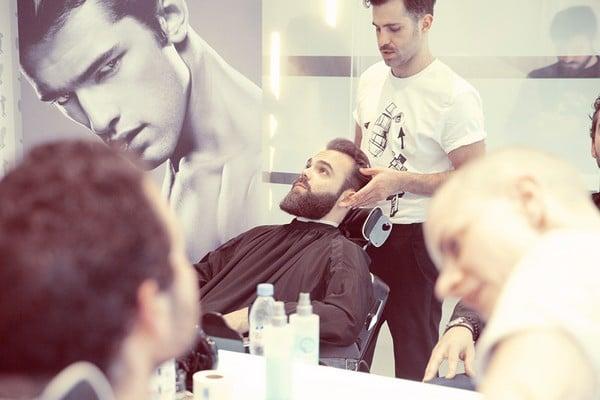 Taille de barbe avec le sport avec les produits Viktor & Rolf SpiceBomb