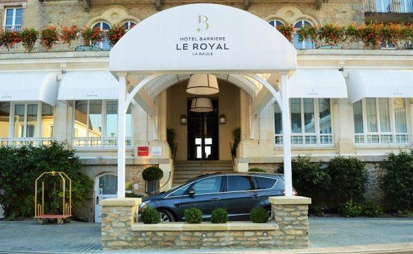 Ford S-Max Vignale garé en face de l'hôtel 5* Royal à La baule