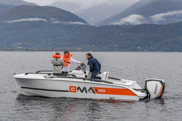 Bateau BMAx199 propulsé par un moteur Evinrude customisé aux couleurs du bateau