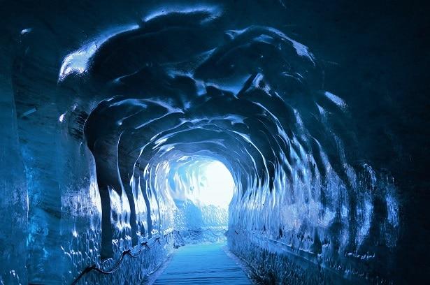 grotte sculptée dans la glace