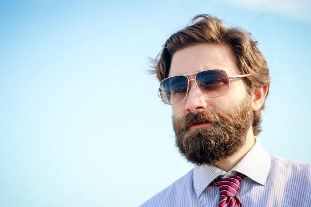 Homme barbu qui utilise une brosse à barbe