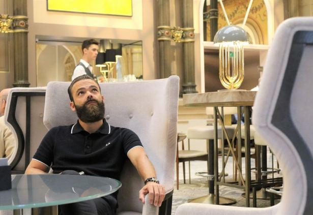 Profitons d'un moment de détente dans le Grand Salon du Hilton Opéra Paris