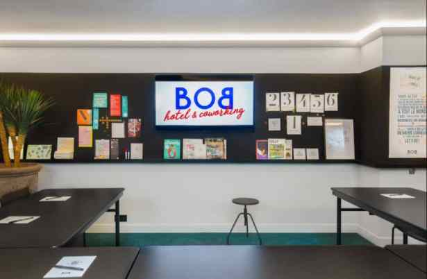La grande salle de réunion au Bob Hôtel