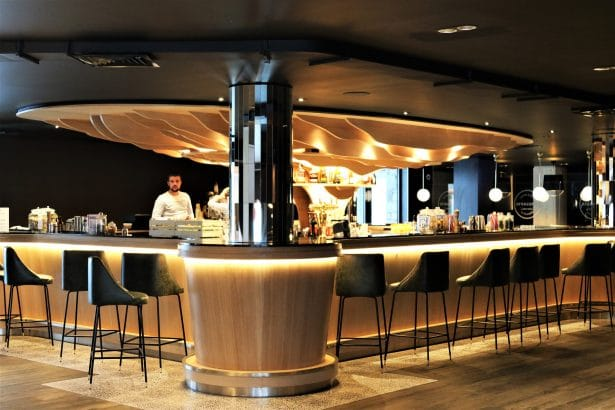 Profitez d'un bon cocktail au Bar de l'Hôtel Araucaria