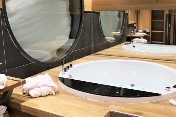Une salle de bain privative juste à côté de la dameuse avec balnéothérapie, le pied !