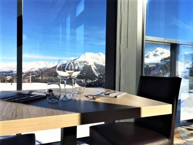 Une vue juste incroyable pendant un déjeuner en haut des pistes à la Plagne dans ce délicieux Restaurant 360