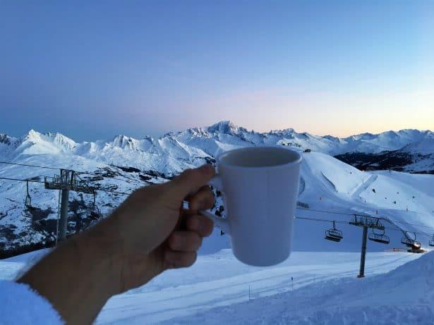 Over The Moon, dormir dans une dameuse sur les sommets de La Plagne : Petit café du matin en face du Mont-Blanc