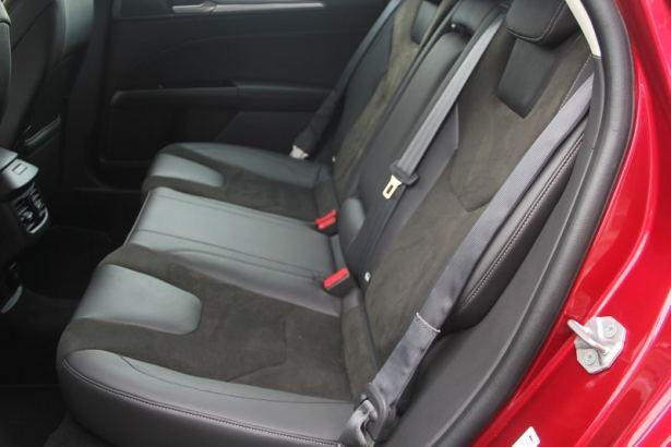 La Mondeo Hybrid spacieuse à l'avant comme à l'arrière.