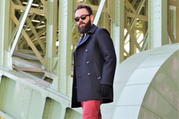 Caban porté sur un look streetwear et coloré