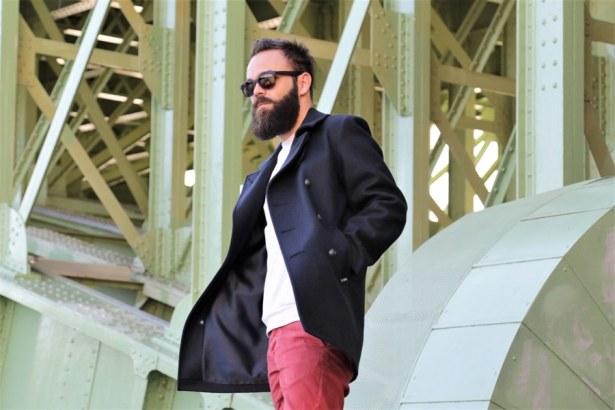 Caban porté sur un look streetwear et coloré : bleu, blanc, rouge