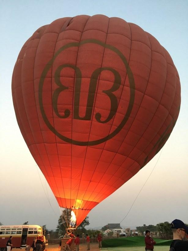 Préparation de la montgolfière pour survoler Bagan, Birmanie