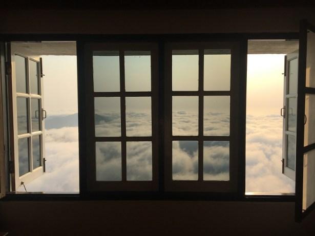 6h30 : vue de notre chambre à l'hôtel Mountain Top 3* au Rocher d'Or, Birmanie