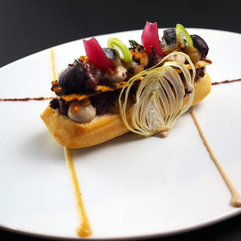 Une version de la pissaladière : oignon fumé, lisette et olives séchées
