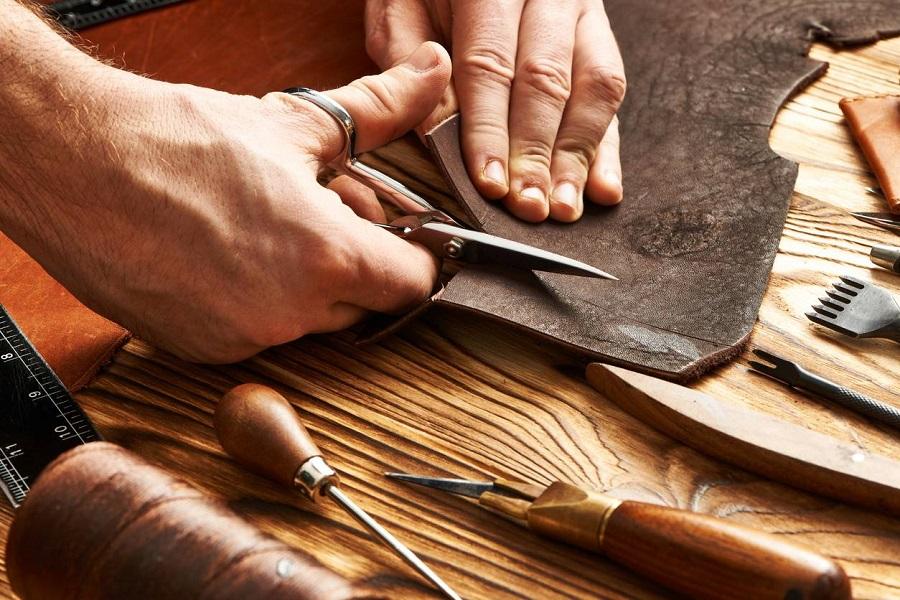 Découpe du cuir pour la fabrication de sacs et accessoires pour hommes