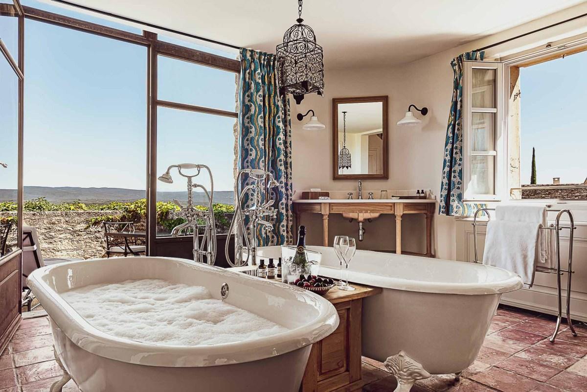 Salle de bain double baignoires pour un moment de détente à 2 - Hôtel Crillon Le Brave ©_Matthieu-Salvaing