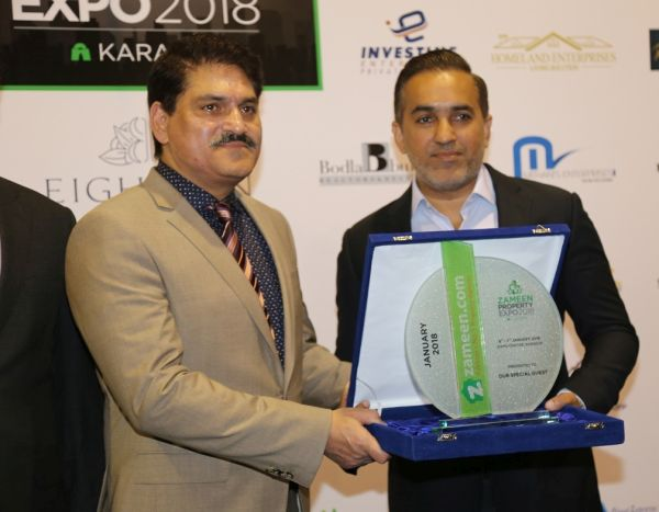 Mr. Zeeshan Ali Khan, CEO of Zameen.com is presenting a souvenir to Mr. Muffasar Atta Malik, President Karachi Chamber of Commerce and Industry (KCCI)