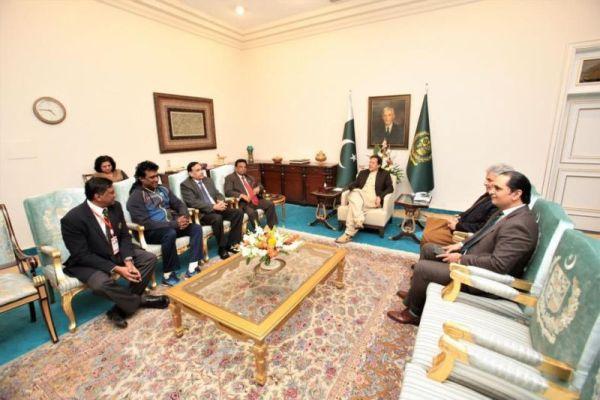Imran Khan meets Sri Lanka coach and team manager