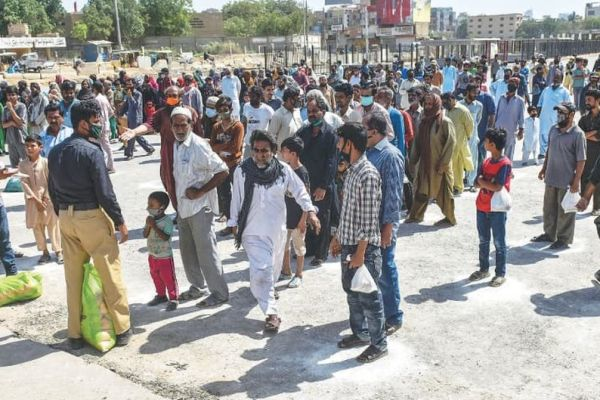 Jamshoro police distribute ration