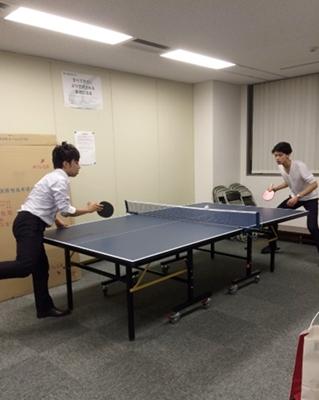 会議室に卓球台がある。