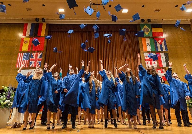 Glade studenter ved avgangssermonien ved den internasjonale skolen i Lisboa. Foto: Peter Usbeck CC.BY.SA.